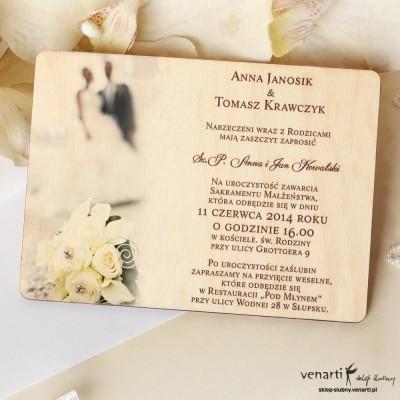 Drewniane zaproszenia ślubne z Parą w tle