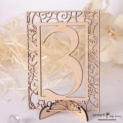 Ażurowe, drewniane numerki na stół