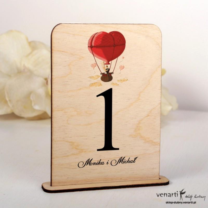 Para w balonie Ślubne drewniane numerki na stół