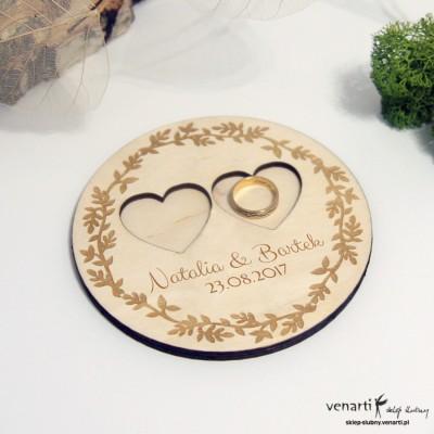 Drewniany talerzyk na obrączki Koło z sercami