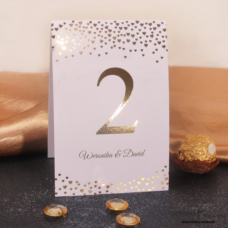Złocone numerki na stół weselny w serduszka
