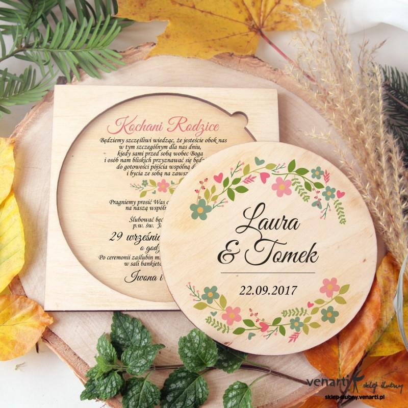 Kwiatowy wianek, drewniane zaproszenia ślubne