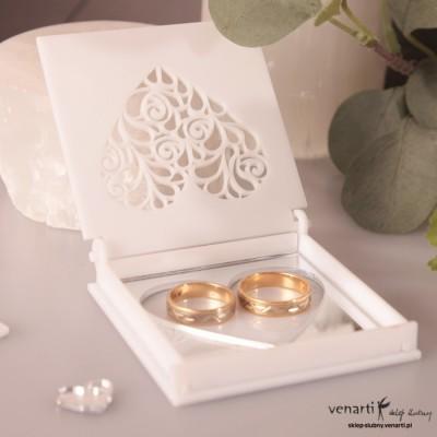 Białe pudełko na obrączki z pleksi z lustrzanym sercem