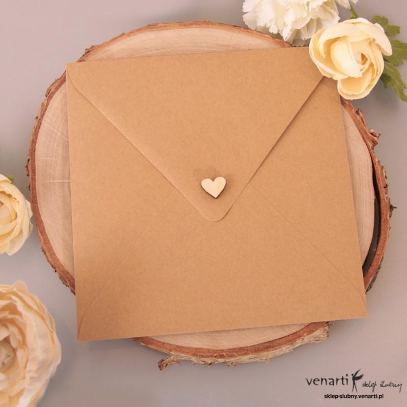 Drewniane serduszka na koperty ślubne