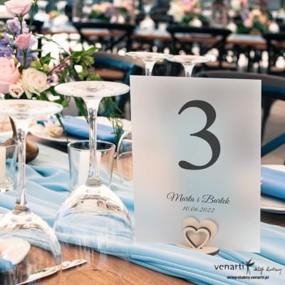 Satynowe numerki na stół z drewnianą podstawką