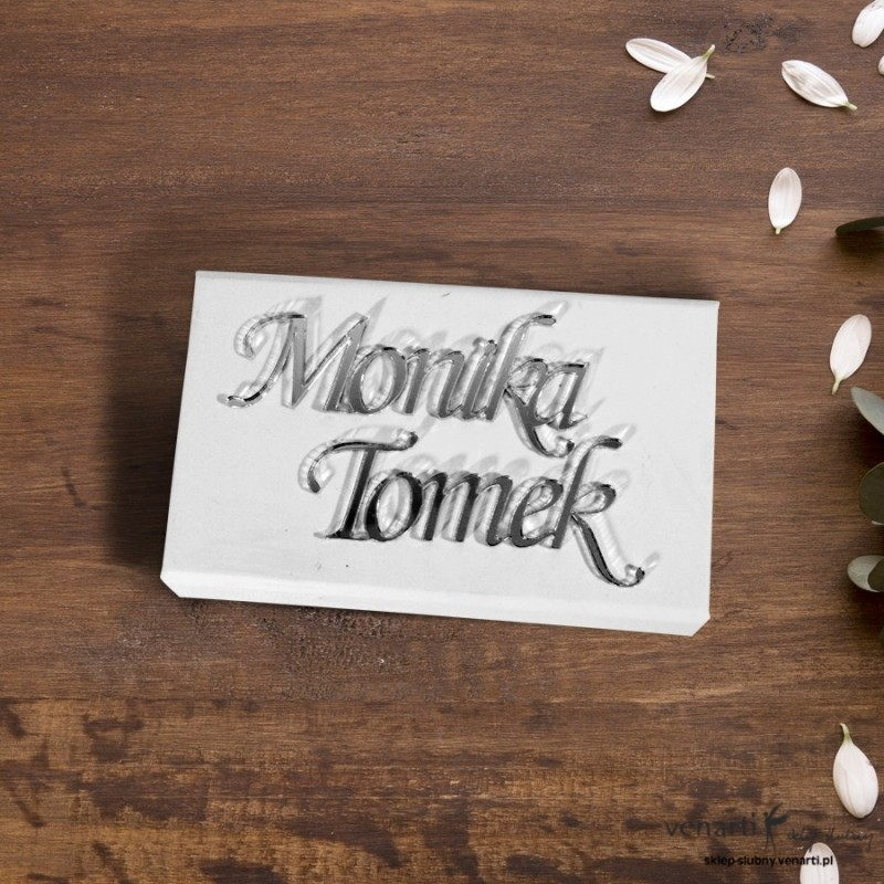 Białe pudełko na obrączki z lustrzanymi imionami