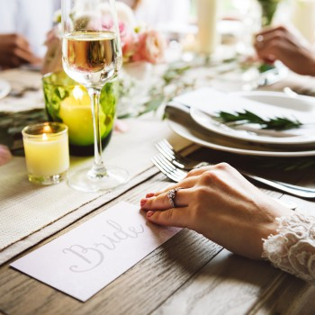 Wybór miejsca przy weselnych stołach